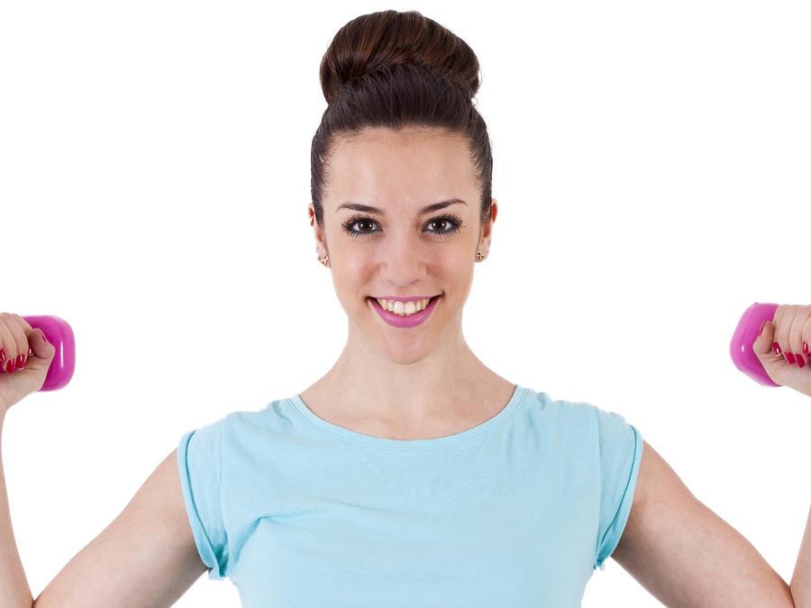 Mujer levantando pesas con peinado de moño