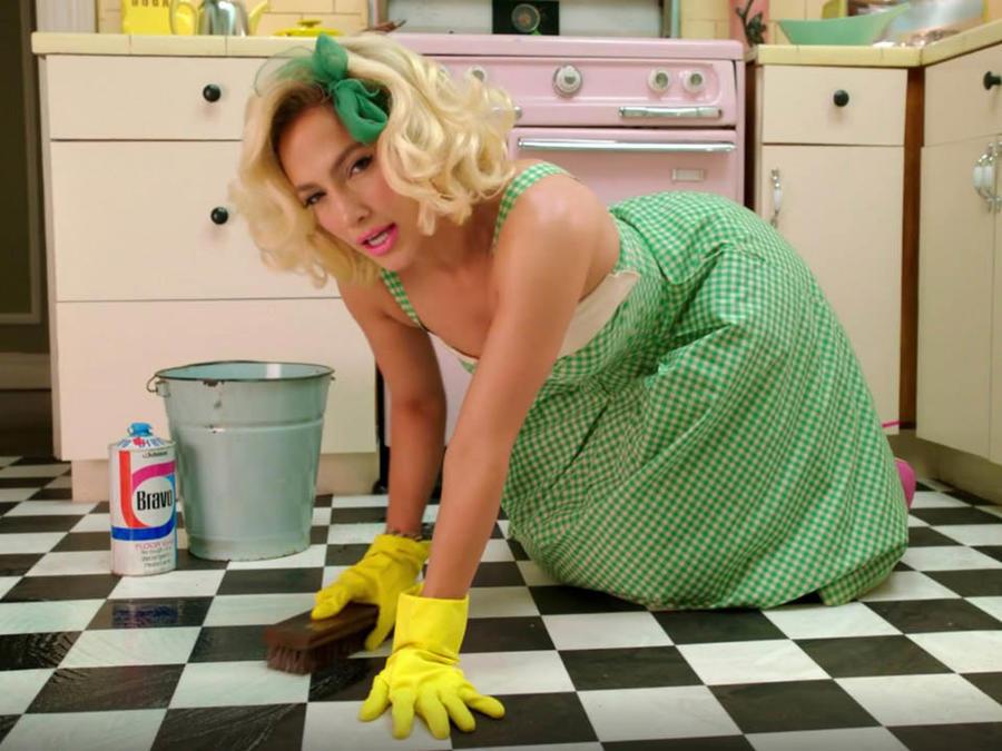 Jennifer Lopez limpia el suelo en su video 'Aint' your mama'