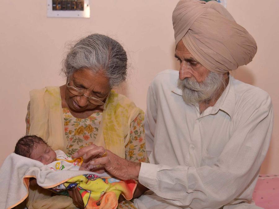 Pareja hindú que se convirtieron en padres después de los 70 años de edad
