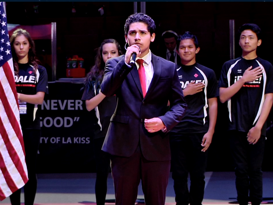 Jesús Esquer cantando en juego de football de la Banda Kiss