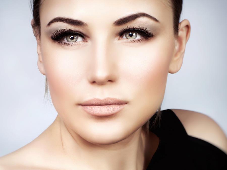 Mujer posa con maquillaje con la técnica del 'non-contouring'