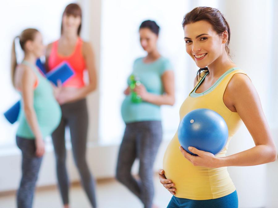 Mujeres emabarazadas en gimnasio
