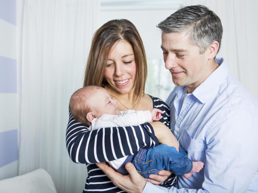 Padres cargando a un bebé