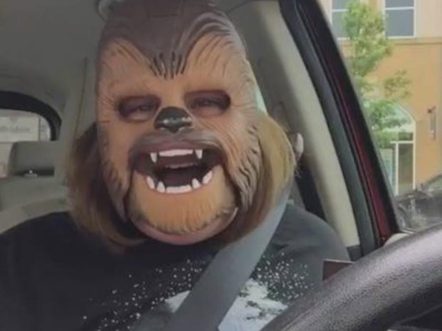 Candace Payne en la máscara de Chewbacca