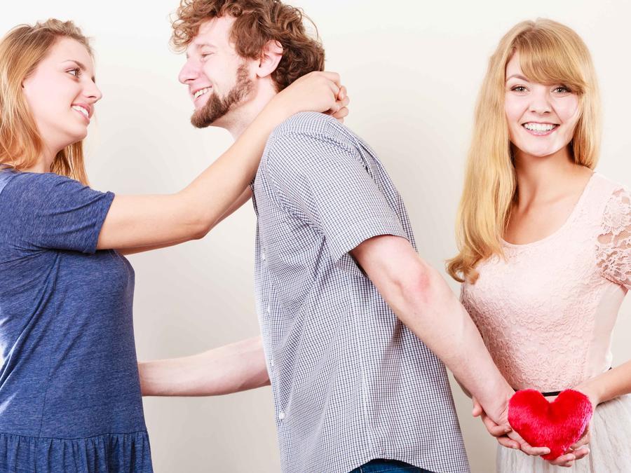 Hombre coqueteando con una mujer y entregándole su corazón a otra
