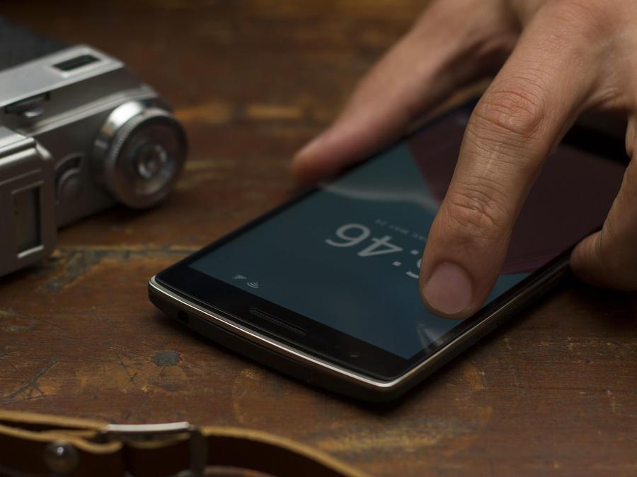 Teléfono celular en manos
