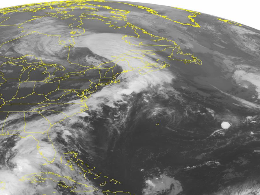 Esta foto de satélite de la Oficina Nacional de Administración Oceánica y Atmosférica de Estados Unidos tomada el lunes 6 de junio del 2016 a las 16:45 GMT muestra la tormenta tropical Colin en su desplazamiento en el Golfo de México.