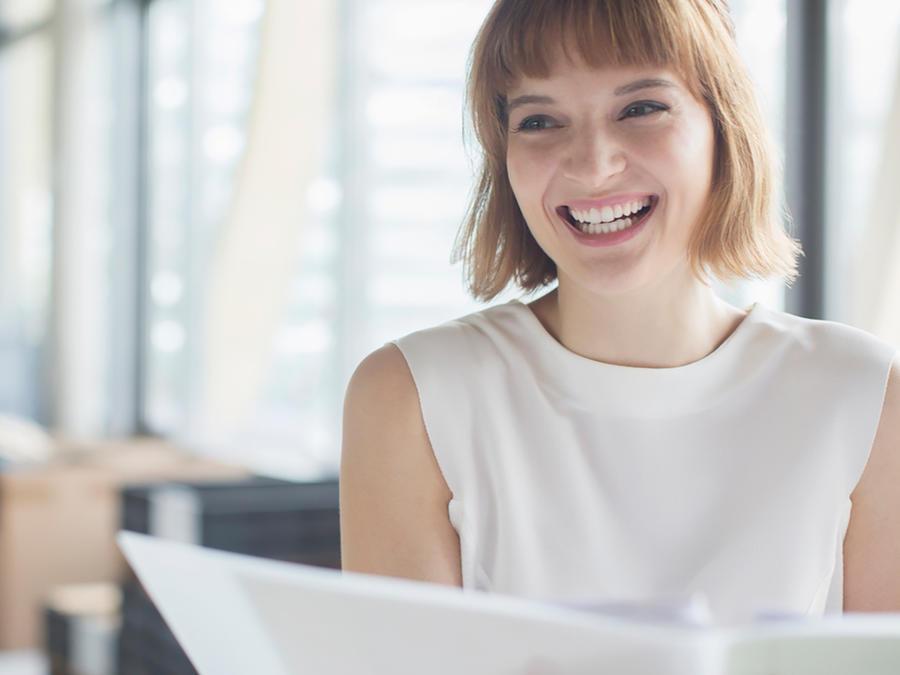 Mujer joven sonriendo en la oficina
