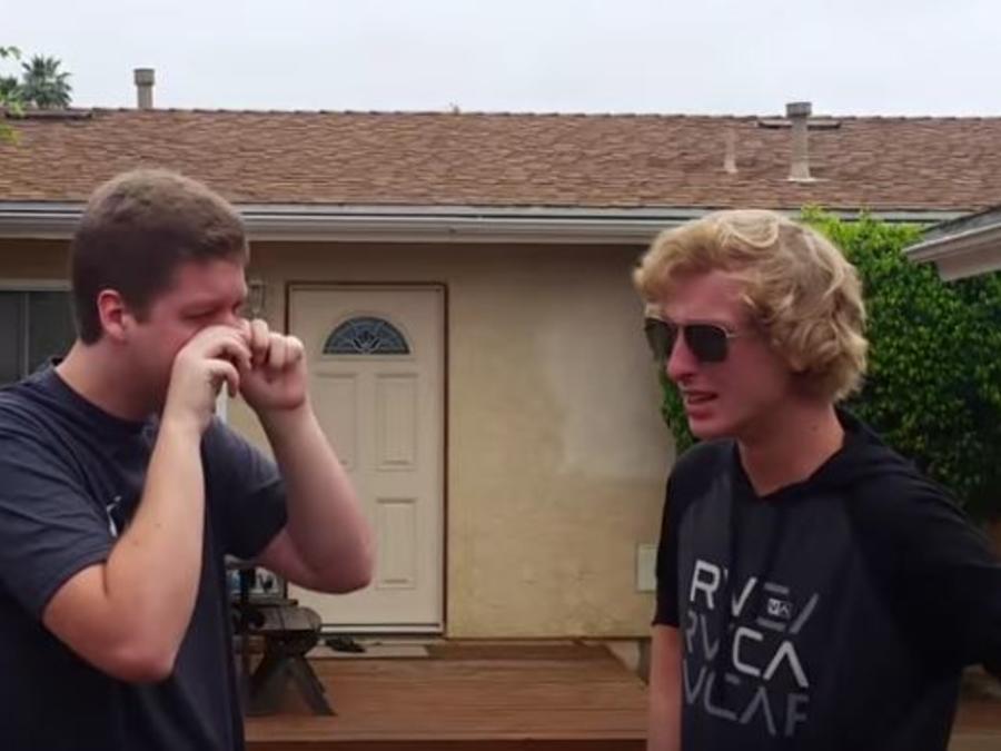 Jimmy y Jace Papenhausen luego de ver los colores con gafas especiales.