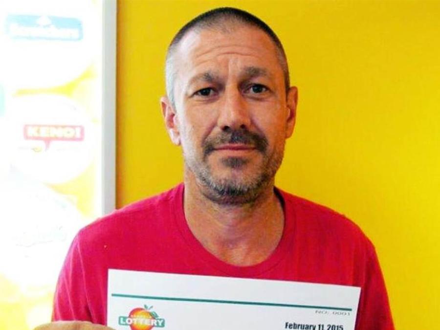 Ronnie Music tras ganar la lotería de Georgia.