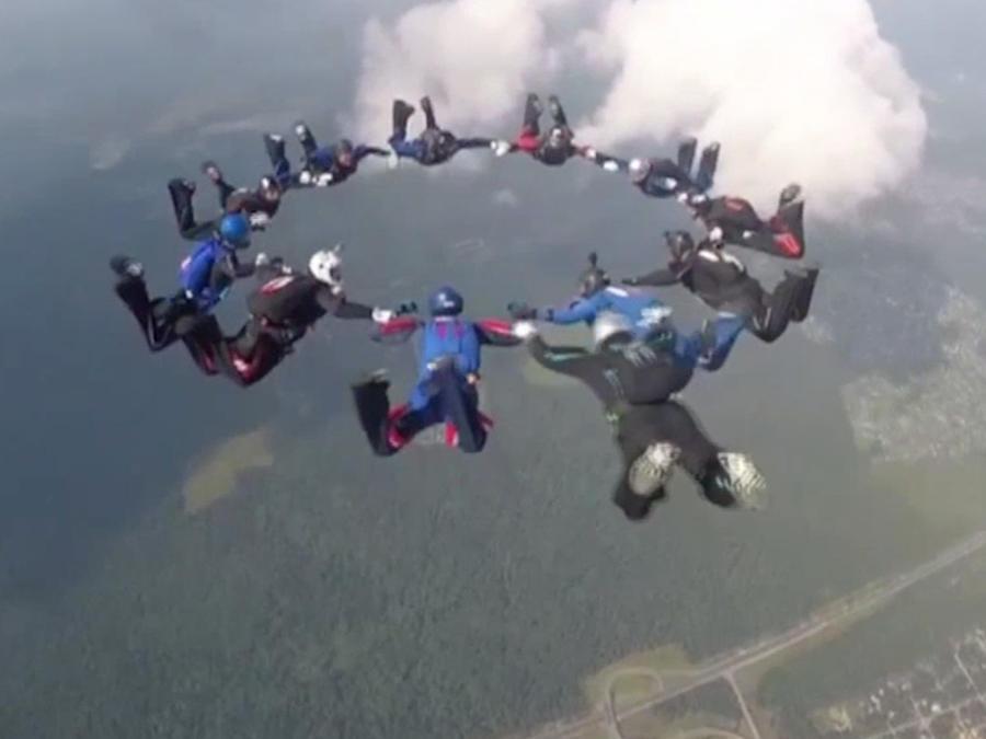 Competencia mundial de militares paracaidistas en Moscú