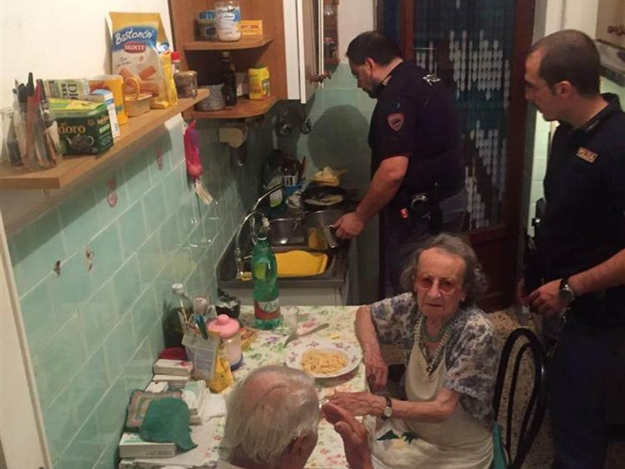 Policía italiana ayudó a pareja de ancianos