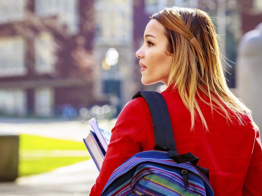 Estudiante universitaria en el campus