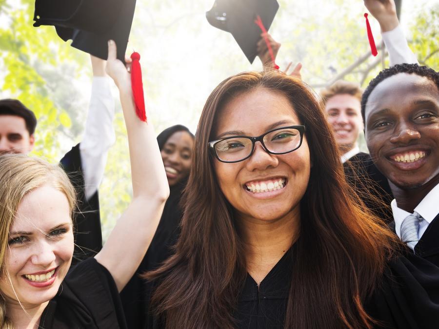 Estudiantes universitarios graduándose