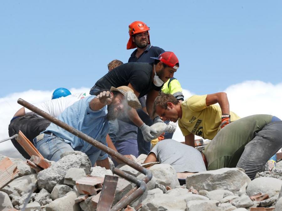 Rescatistas en Italia tras sismo