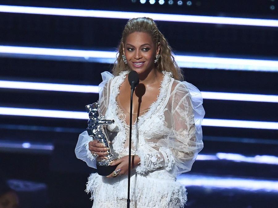 Beyonce recibiendo un premio MTV