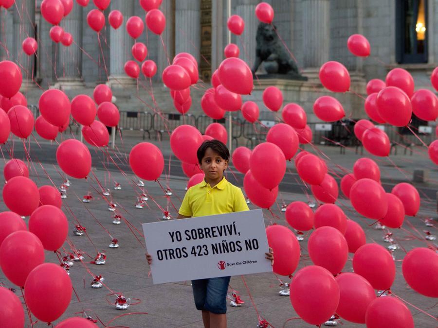 niño sirio con pancarta
