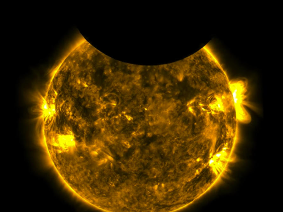 Miembros del observatorio solar de la NASA capturaron el momento en que la Tierra y la Luna pasaron frente al Sol