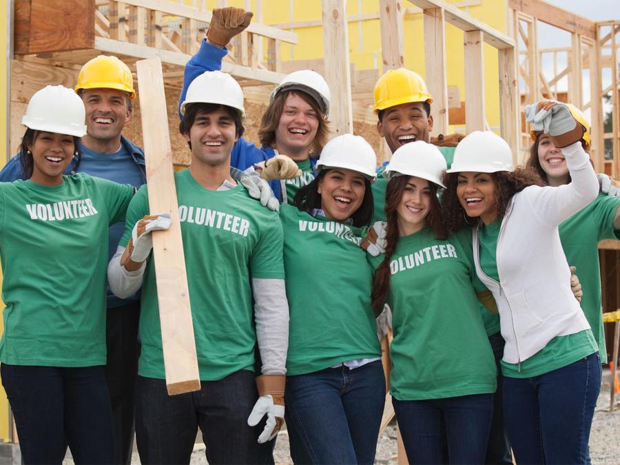 Grupo de voluntarios sonriendo