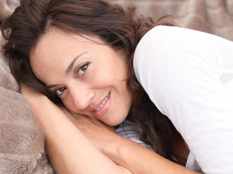 Mujer practicando sexo oral en punta de espinillo