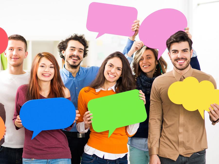 Jóvenes con globos de diálogo
