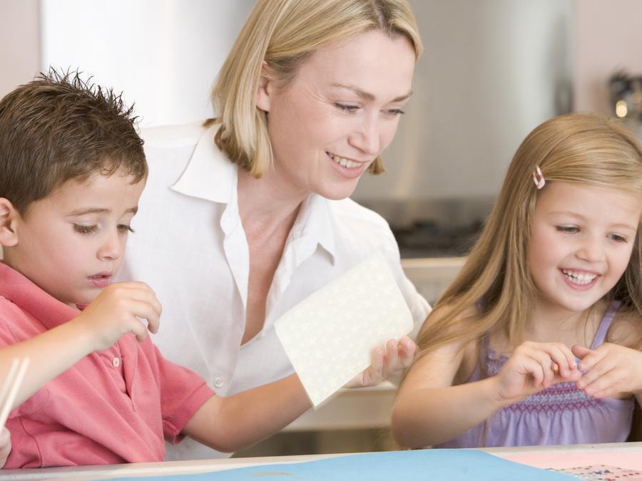 Madre haciendo manualidades con sus hijos