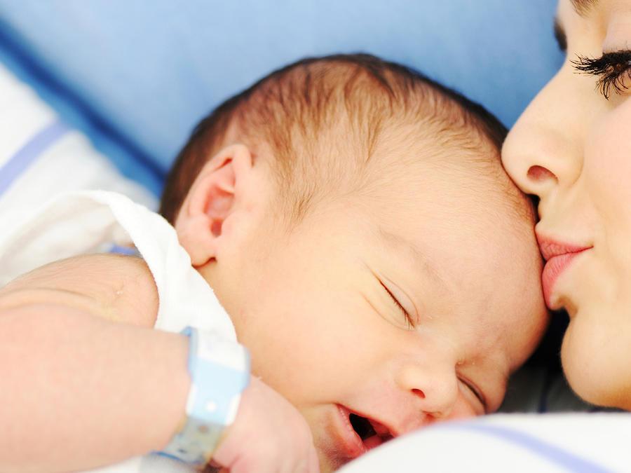 Mamá besa a recién nacido