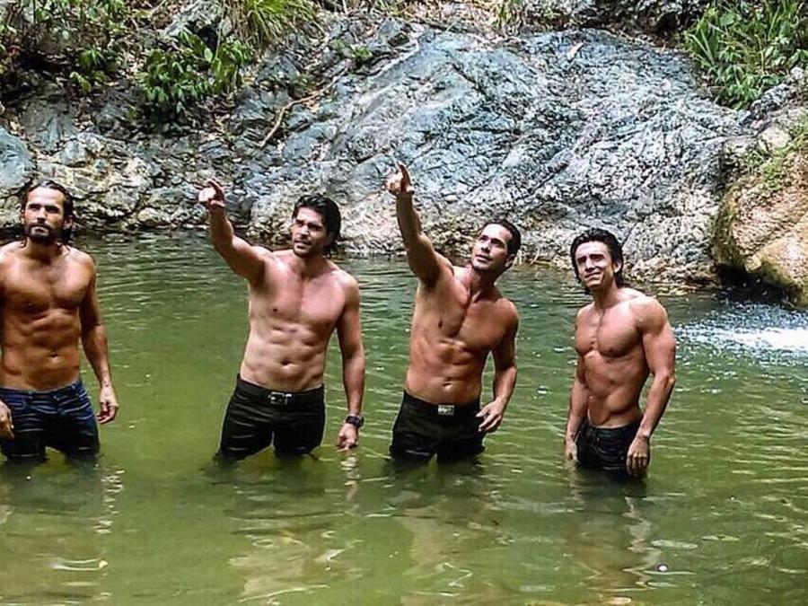 Sin camisa en grupo actores de Sin senos sí hay paraíso