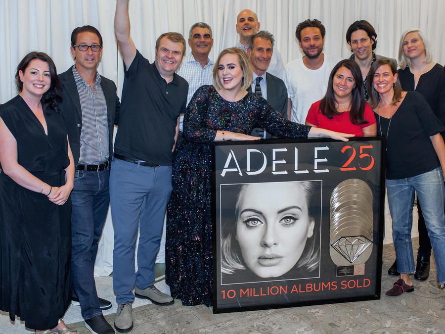 Adele recibe disco de Diamante
