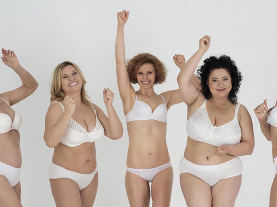Grupo de mujeres en ropa interior