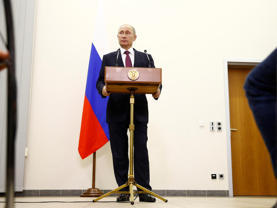 El presidente Vladimir Putin asiste a una conferencia de prensa en el aeropuerto de Tegel