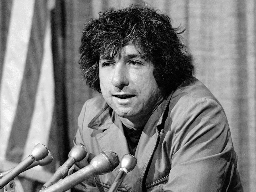 """En esta foto de diciembre de 1973 el activista político Tom Hayden dice a periodistas en Los Ángeles que cree que el apoyo del público jugó un papel en que él y los otros """"8 de Chicago"""" no fueran encarcelados"""