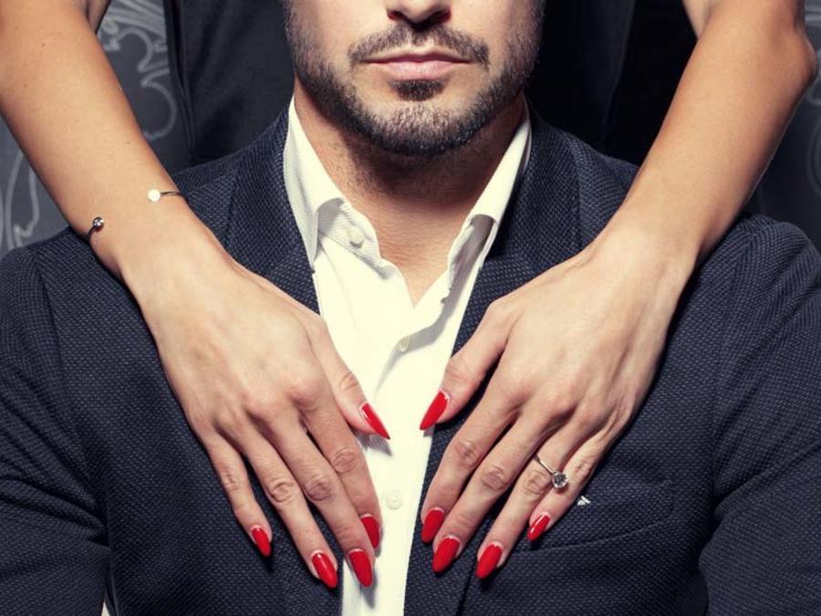 Mujer acariciando el pecho de un hombre