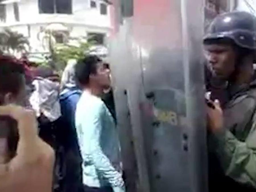 venezolano increpa a las autoridades