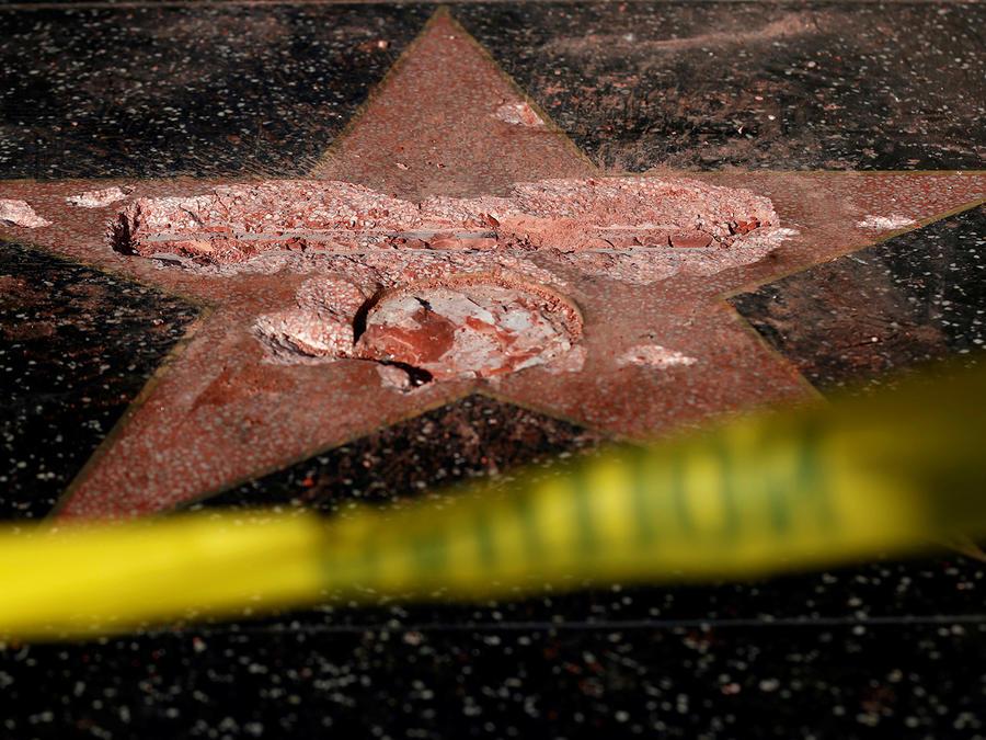 Estrella de Trump vandalizada en el Paseo de la Fama de Hollywood, California