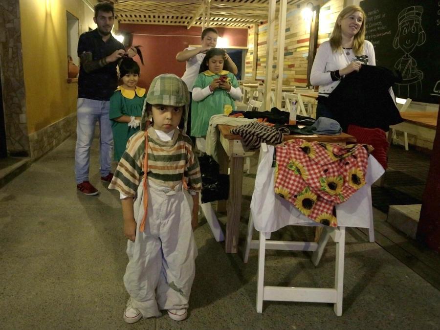 En esta foto del 25 de octubre del 2016, Joaquín Bautista Pereyra, disfrazado del Chavo, y otros niños se preparan para visitar una réplica de la vecindad del Chavo en Tucumán, Argentina, creada por el fanático argentino Jorge Avila para su disfrute y el