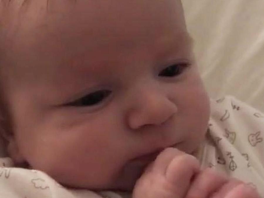 """Bebe de dos meses dice """"Hello"""""""