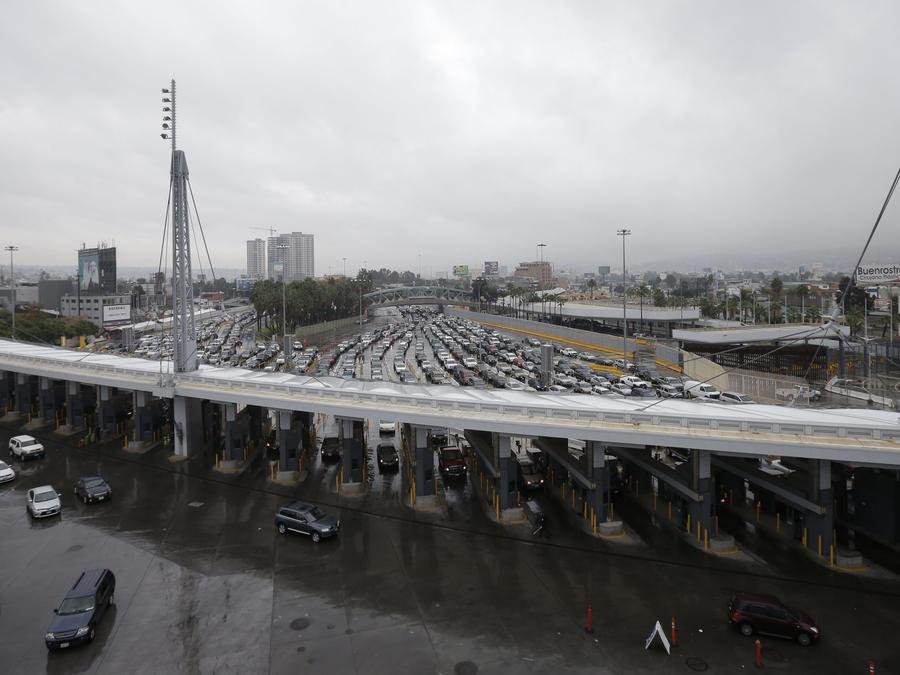 ARCHIVO - En esta foto del 3 de diciembre de 2014 se ven automóviles esperando a cruzar hacia EEUU desde Tijuana, México, a través del punto de ingreso San Ysidro en San Diego. (AP Foto/Gregory Bull, Archivo)