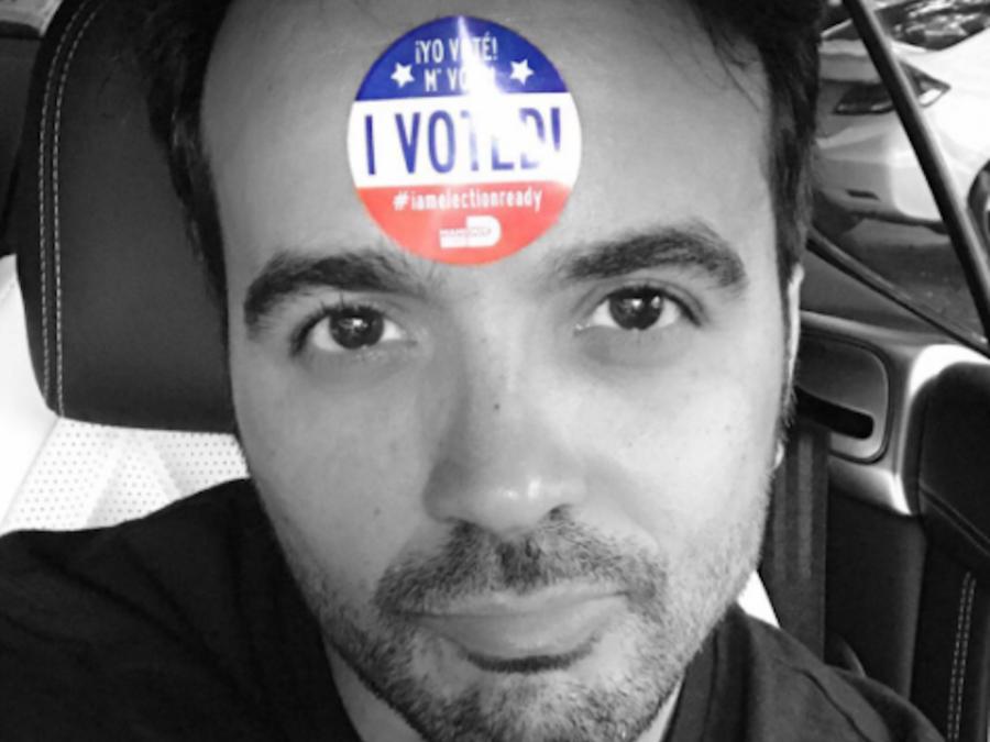 Luis Fonsi con el sello I Voted