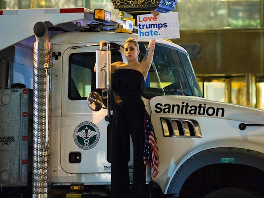 Lady Gaga protestando frente al Trump Tower