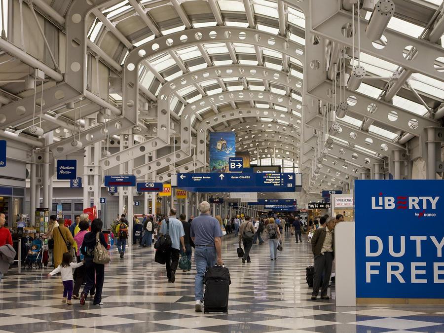 Viajeros en los pasillos del Aeropuerto Internacional O'Hare de Chicago, uno de los más ocupados del país
