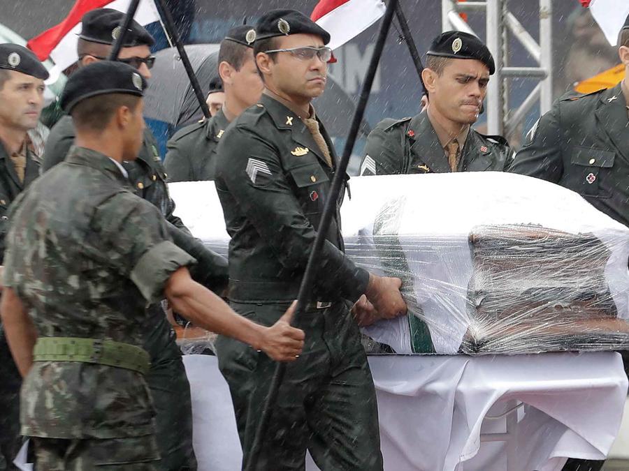 Uno de los ataúdes de las víctimas de siniestro aéreo en Colombia