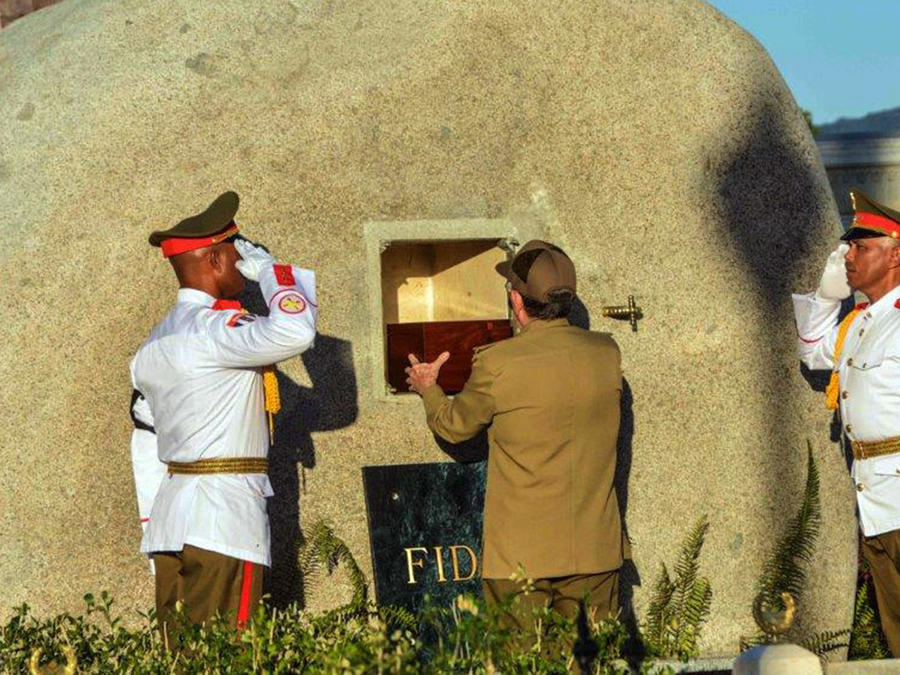 El mandatario de Cuba, Raúl Castro (c), coloca en la tumba la urna con las cenizas del líder cubano Fidel Castro en el cementerio Santa Ifigenia, en Santiago de Cuba, (Cuba) el domingo 4 de diciembre de 2016.