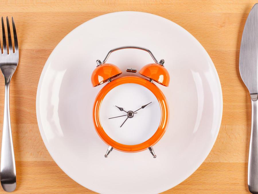 Plato y cubiertos con reloj