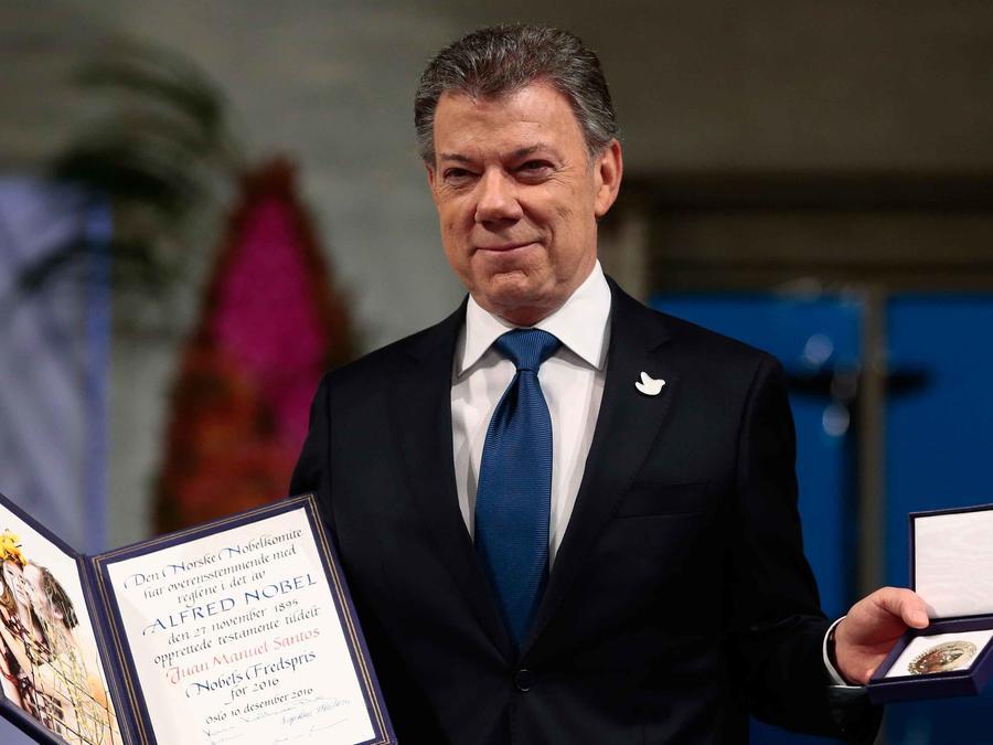 Presidente de Colombia Juan Manuel Santos con su Nobel de la Paz