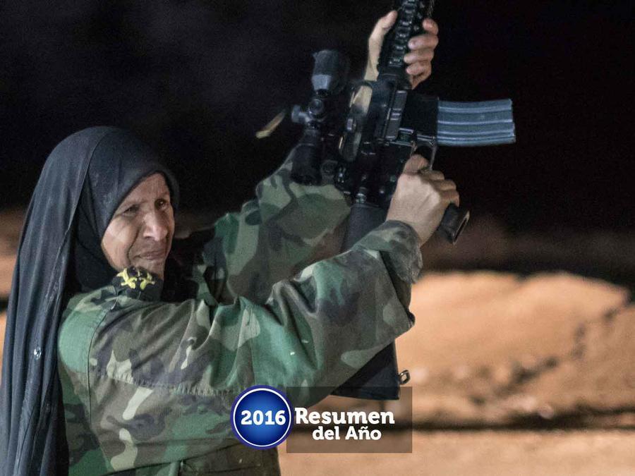 Mujer porta un arma en la ciudad ocupada de Mosul