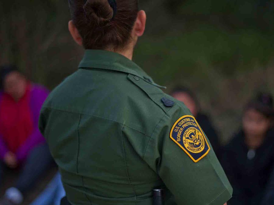 Foto de archivo de una agente de la patrulla fronteriza.