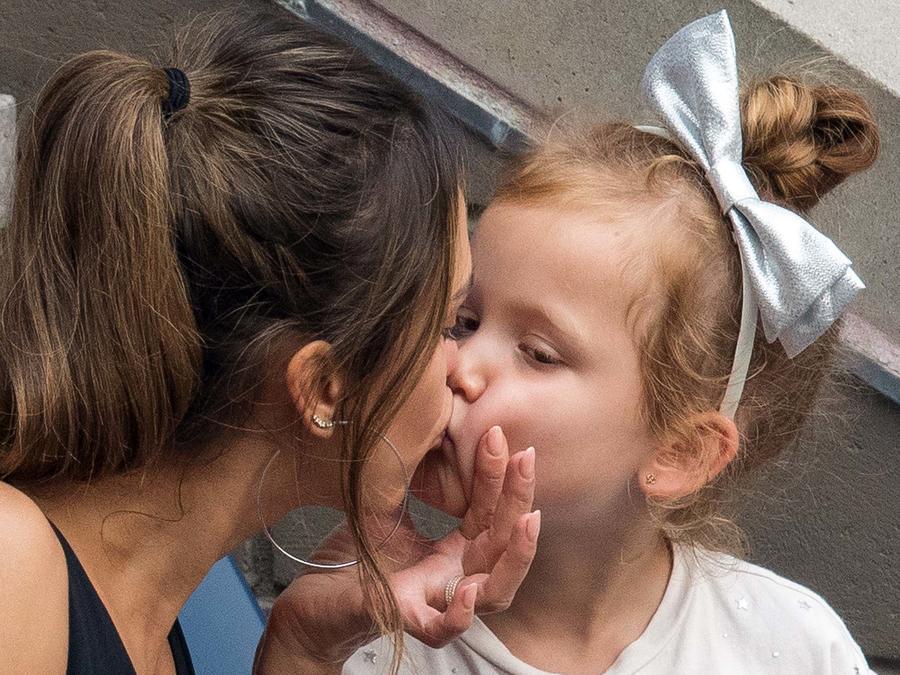 Jessica Alba besando a su hija en la boca