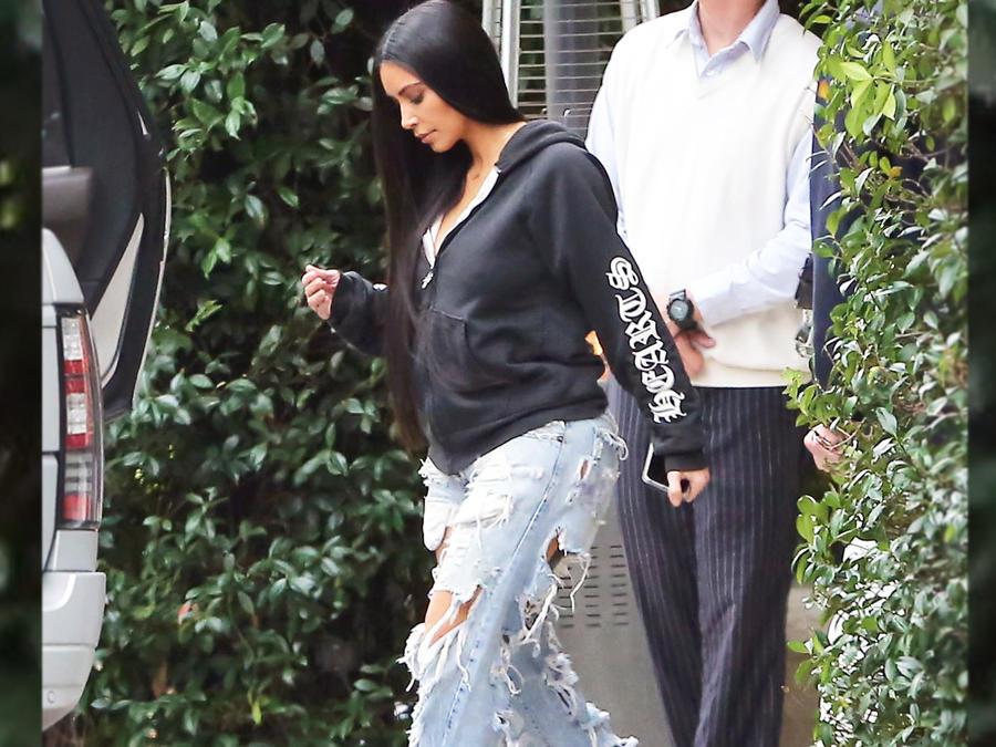 Kim Kardashian con jeans rotos