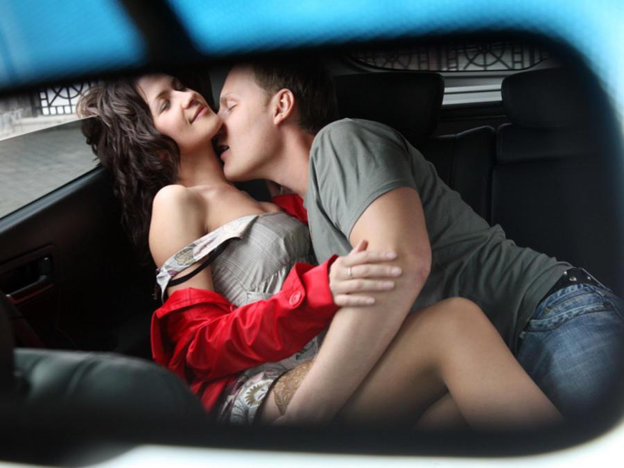 Pareja teniendo relaciones sexuales en un auto
